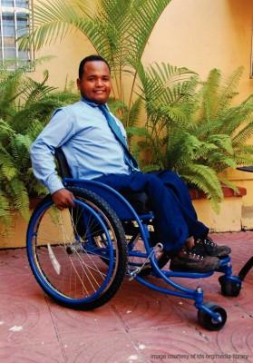 hombre joven en silla de ruedas