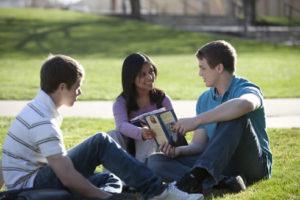 jóvenes compartiendo el evangelio